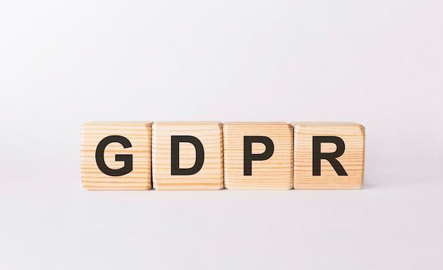 Слово gdpr из деревянных блоков на белом фоне