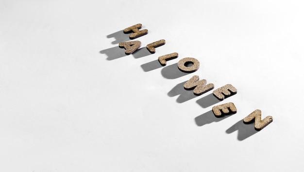 白で隔離される木製の文字の単語ハロウィーン