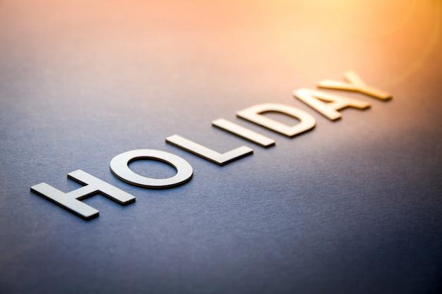 흰색 글자로 쓰여진 단어 휴가