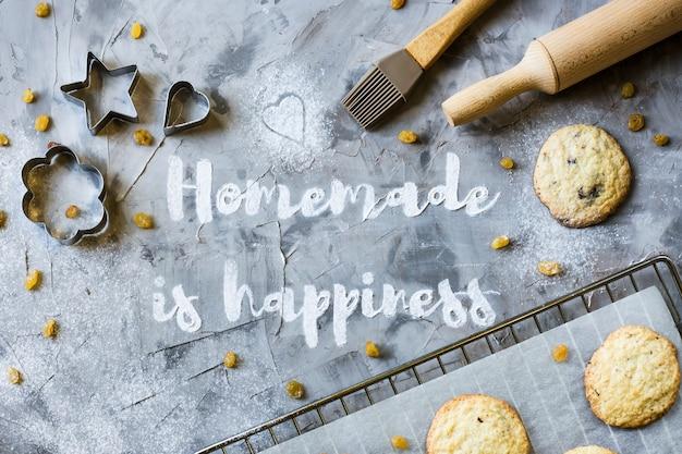 自家製という言葉は、小麦粉の灰色のコンクリート背景に書かれています