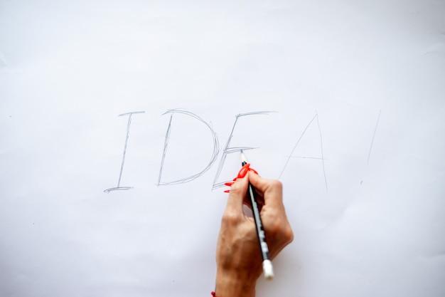 단어 아이디어입니다. 창의적인 개념입니다. 손으로 쓰는 약어와 idea 단어의 나무 글자