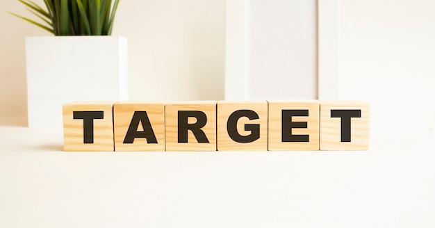 Word is target 사진 프레임, 집 식물이있는 흰색 배경