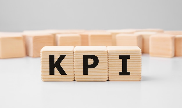 목재 빌딩 블록으로 만든 단어 kpi