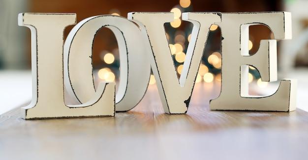 Слово любовь и гирлянда