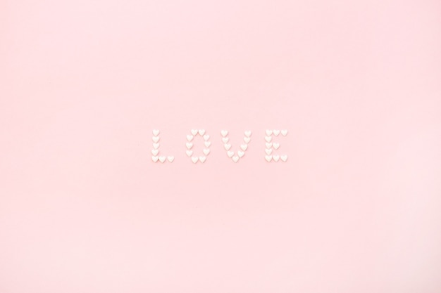 옅은 분홍색 배경에 마음의 단어 사랑에 의하여 이루어져있다. 평면 위치, 최고보기 사랑 개념입니다.