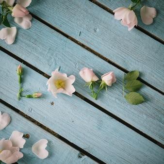 明るい夏の木の表面に白い花と葉で作られたwordlove