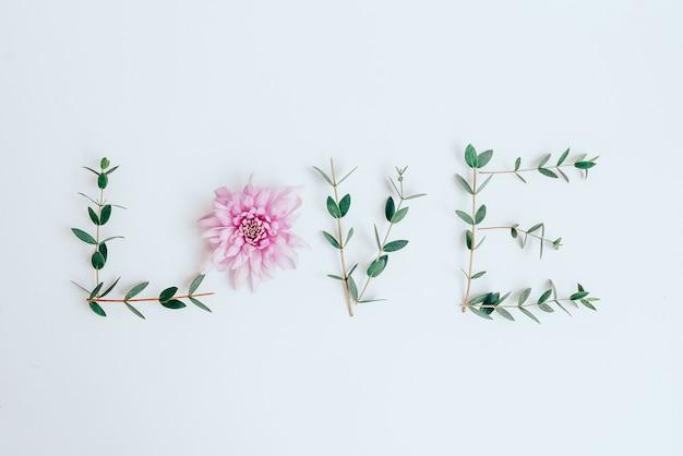 Слово любовь из цветов, листьев. плоская планировка