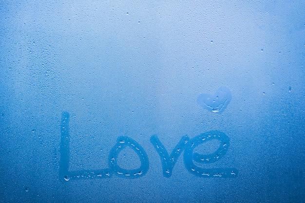 방울 배경으로 유리 창에 쓰여진 단어 사랑