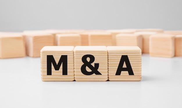 Слово m и a из деревянных строительных блоков.