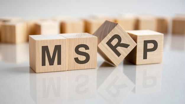 Word msrp на деревянных кубиках, серый фон