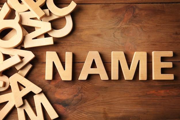 木製の単語名。赤ちゃんの名前を選ぶコンセプト