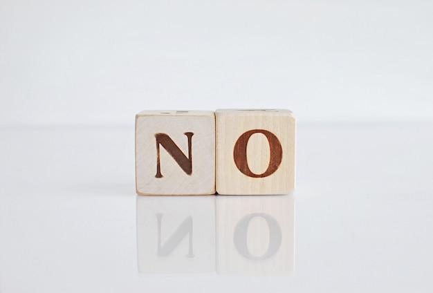Сформулируйте нет на белой предпосылке с отражением, отрицательным ответом.