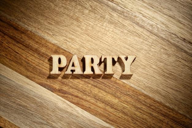 木の板に木の文字で作ったことばのパーティ
