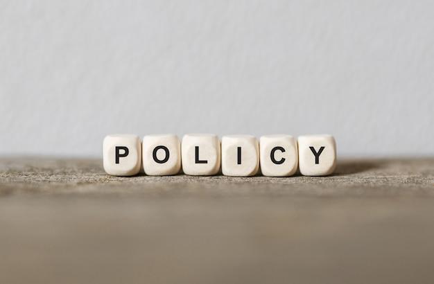 나무 빌딩 블록으로 만든 단어 정책