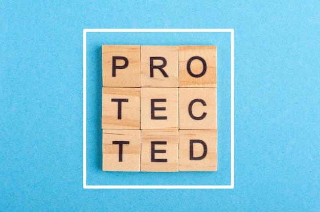 Слово защищено из деревянных букв
