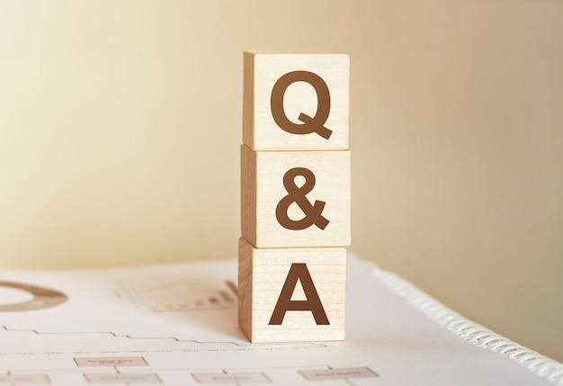 木のビルディングブロックで作られた単語qand a