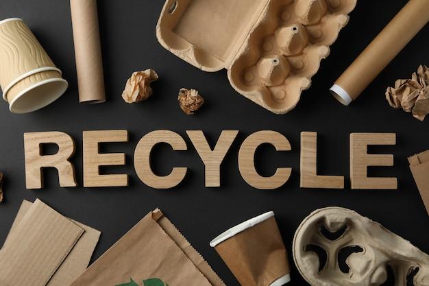 別のゴミ箱、トップビューで黒い背景に単語リサイクル