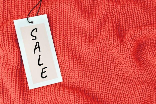 折り目付きのニットウール生地または暖かいセーターの値札のワードセール。