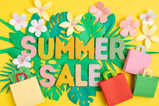 トロピカルペーパーカットの葉の壁の上の単語販売。夏のセール、オンライン取引、割引のコンセプト。