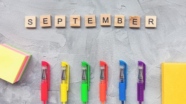 単語9月と灰色の背景に色とりどりのジェルペン