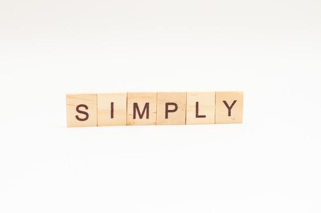 고립 된 나무 블록으로 만든 단어