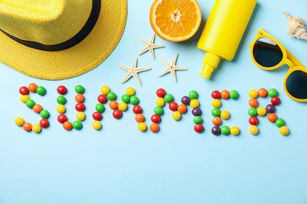 파란 표면에 단어 여름 및 휴가 액세서리