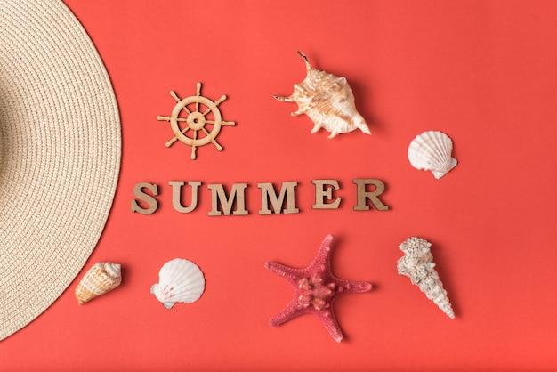 木製の文字から夏という言葉。貝殻、帽子とハンドルの一部