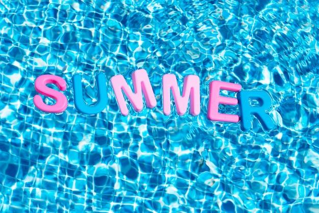 Слово лето в цветах, плавающее над пространством для копии бассейна