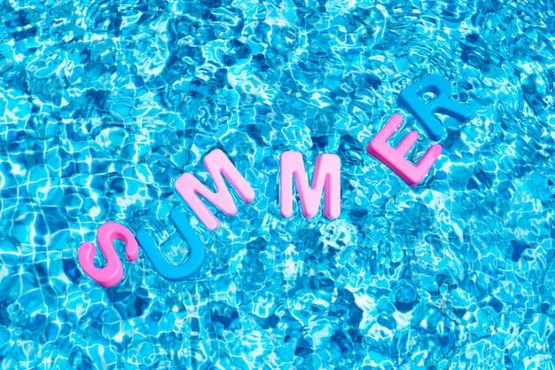プールのコピースペースに浮かぶ色の夏の言葉