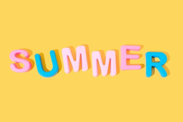 黄色の背景のコピースペースに色の単語夏