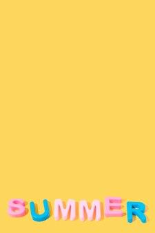 Слово лето в цветах на желтом фоне копией пространства