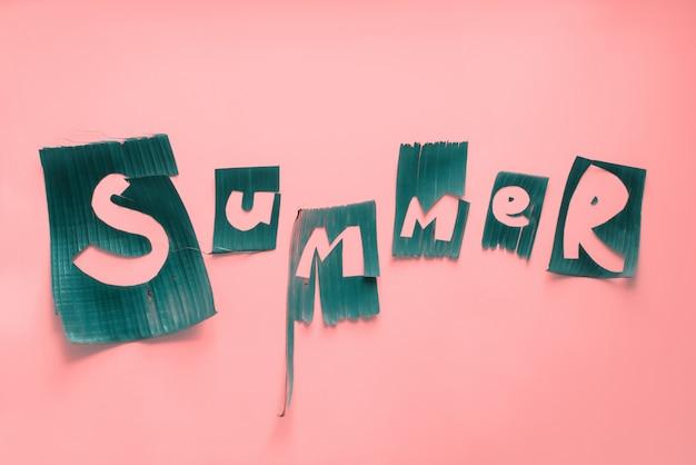 녹색 열대 나뭇잎에서 단어 여름 문자