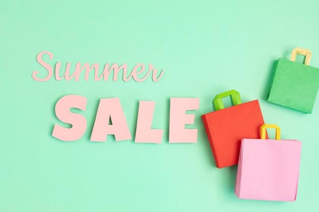 Слово летняя распродажа и хозяйственные бумажные пакеты. сезонная распродажа, онлайн-предложения, скидки, продвижение, концепция покупательской зависимости