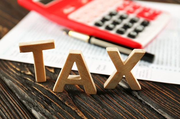 単語の税金と木製のテーブルの計算機