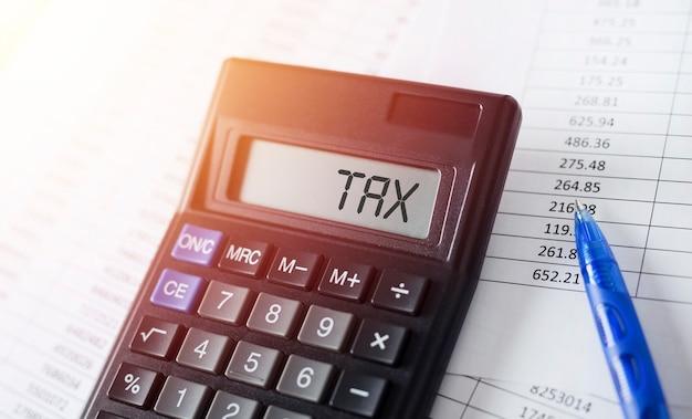 電卓の単語税。ビジネスと税の概念。
