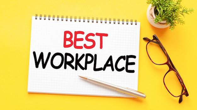 眼鏡、植物、鉛筆と黄色の白い紙カードの単語テキスト最高の職場