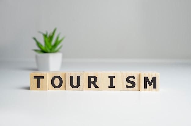 木製の立方体の単語観光