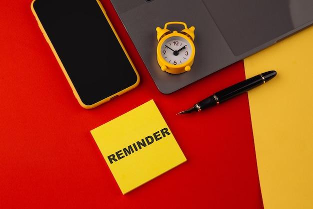 単語書き込みテキストリマインダー。重要な事実や詳細について誰かに思い出させるために使用されるビジネスコンセプト。