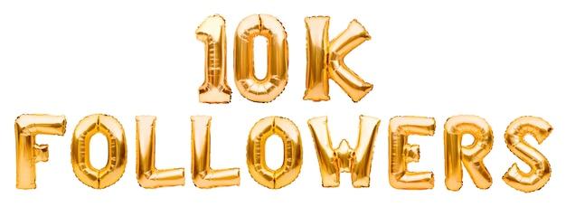 Слова 10k следуют из золотых надувных шаров, изолированных на белом