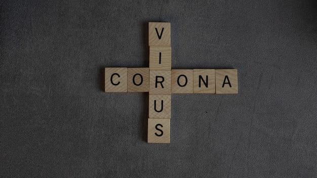 대리석 배경 위에 벡터 스크래블 알파벳 타일에 코로나 바이러스 단어