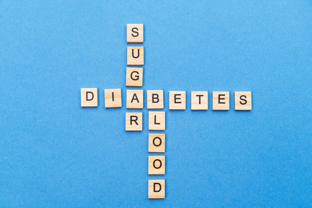 단어 당뇨병, 설탕, 파란색 배경에 혈액. 테스트 및 치료 개념, 예방