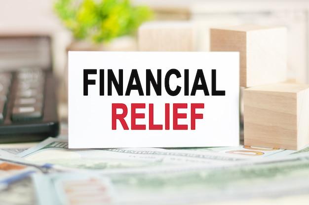 단어 재정 구호는 나무 큐브 근처 백서 카드에 기록됩니다. 비즈니스, 금융 및 교육 개념.