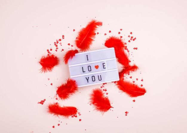 Слова я люблю тебя на световом коробе на светлом фоне. место для текста, абстрактного содержания.