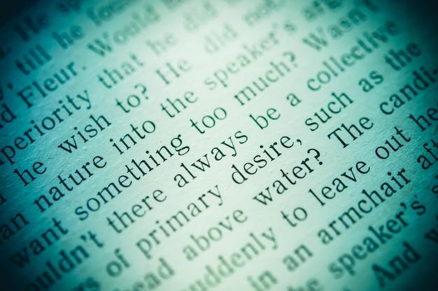 黒のクローズアップで印刷された本の言葉