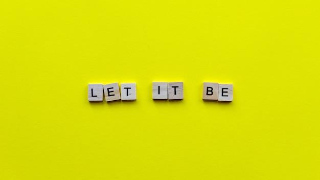 Слова «да будет так» на желтой бумаге.