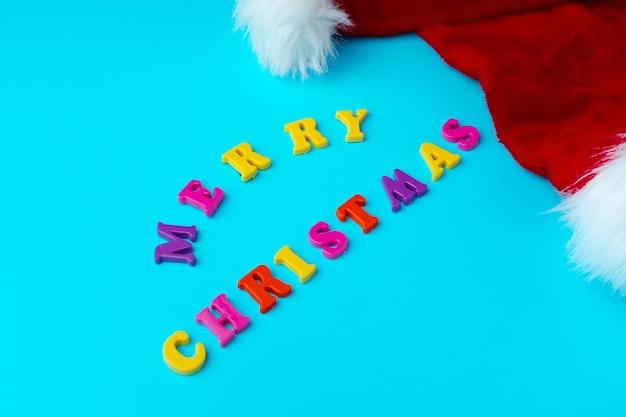 サンタの帽子の近くの言葉メリークリスマス