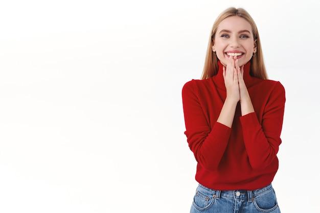 작업, 경력 및 라이프 스타일 개념입니다. 빨간 터틀넥을 입은 매력적이고 여성스러운 금발 여성, 박수, 박수, 환하게 웃고