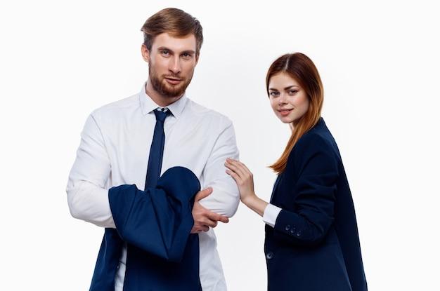 仕事仲間は、財務マネージャーのオフィスの明るい背景の横に立っています。高品質の写真