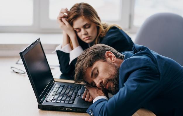 직장 동료는 노트북 피로 휴식 앞에 책상에서 자고