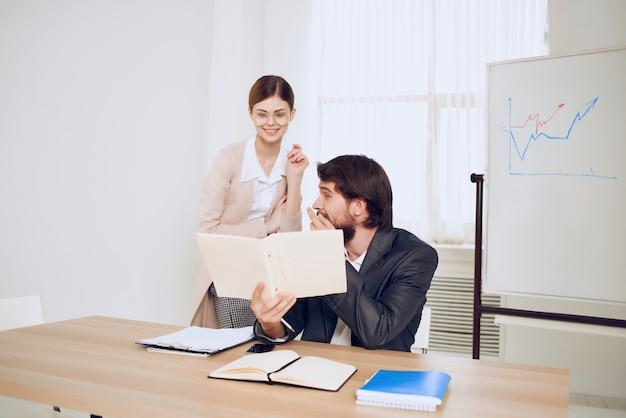 同僚のデスクトップオフィスコミュニケーション財務チーム